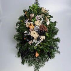 Pietny aranžmán zo živej čečiny, sušín a dekorácie. Christmas Wreaths, Holiday Decor, Home Decor, Decoration Home, Room Decor, Home Interior Design, Home Decoration, Interior Design