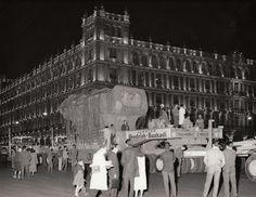Traslado del monolito de Tlaloc Dios de la lluvia de los aztecas del Estafo de México a la Ciudad de México en 1964. Esta sobre la Avenida Reforma en el Museo de Antropología.