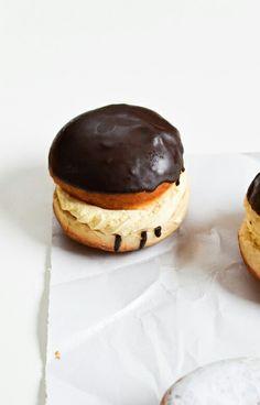 chocolate vanilla cream doughnuts - like a Boston Cream? Fun Desserts, Delicious Desserts, Dessert Recipes, Yummy Food, Churros, Cupcakes, Eat Dessert First, Donut Recipes, Calories