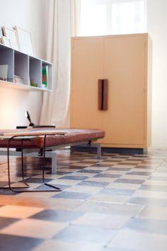 daybed, shelves, closet  http://assets.coffeeklatch.be/files/1395/original/voorkamer.jpg?1333820597