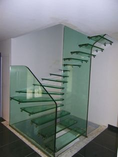 Escaleras de cristal. Nos gusta la arquitectura: http://www.hogaria.mx