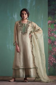 resenting Pairi Daeza, our range of silk organzas and Chanderis highlighted with romantic florals in intricate zardozi Indian Designer Outfits, Indian Outfits, Designer Dresses, Emo Outfits, Pakistani Formal Dresses, Pakistani Dress Design, Pakistani Suits, Pakistani Bridal, Designer Kurtis