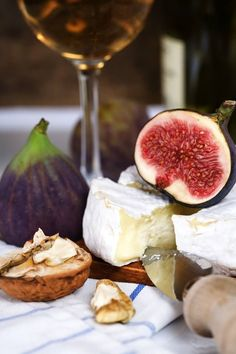 Wine cheese and figs Wine And Cheese Party, Wine Cheese, Antipasto, Fromage Cheese, Cheese Bread, Fig Recipes, Cheese Platters, Tapas, Food Photography
