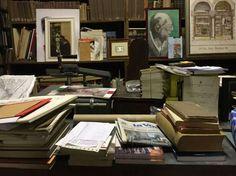 """曾有一位叫亨利·贝尔的法国领事,在的里雅斯特住了不满5个月就逃归法国,而后写了一本小说叫《红与黑》,据说人多知其名;还有一位叫詹姆斯·乔 伊斯的爱尔兰人,旅居的里雅斯特10年写了一本小说叫《尤利西斯》,据说谁也读不懂。  关于的里雅斯特,《追忆似水年华》的普鲁斯特寥寥数语写到:""""的里雅斯特是个美丽的地方,这里的子民多哲思,这里的落日闪耀着金色的余晖,这里教堂的钟声 也庄严肃穆"""";旅行文学作…"""