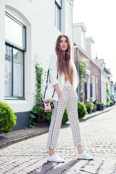 womens-fashion-photography-white-cropped-pants-prints