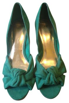 Get the must-have wedges of this season! These H&M Kelly Green Summer Spring Wedges Size US are a top 10 member favorite on Tradesy. Green Wedges, H&m Shoes, Designer Resale, Kelly Green, Mom Style, Summer Wedding, Flats, Spring, How To Wear