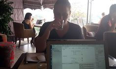 Avalon Cafe Lounge [Hanói, Vietnã] Saímos pela manhã do hotel com os laptops nas mochilas. A ideia de tomar café na rua coincidiacom a necessidade de trabalhar (bastante) naquele dia. Optamos por um café-restaurante instalado no sétimo andar deum prédio bem à frente ao lago Hoan Kiem – ou seja, vista bonita garantida. Foi apenasContinue Lendo