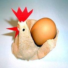 Schneiden Sie aus einem Eierkarton eine Spitze mit Vertiefung heraus. Mit Pinsel und Farbe bemalen. Dann trocknen lassen. Aus Tonpapier wird der Schnabel ausgeschnitten und vorne angeklebt. Ebenfalls den Kamm ausschneiden. Mit dem Messer einen kleinen Schnitt in die Spitze des Eierkartons ritzen und den Kamm hineinstecken. Wer will, kann große bunte Federn als Schwanz ankleben. Mit einem schwarzen Filzstift die Augen anmalen. Ein gekochtes oder ausgeblasenes, bemaltes Ei hineinstecken.