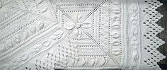 Kiikkutuolin matto mummilan neuleneliöistä ja -reunaitseistä