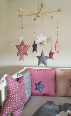 """Mobile bébé 'La tête dans les étoiles' - Nuages et étoiles motifs GraphiK coloris """"Néo roses Géo"""