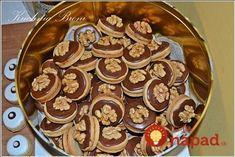 Ořechové kolečka pro návštěvy: Měkoučké vanilkové koláčky s povidly a čokoládou, míjejí se rychlostí světla! Christmas Cookies, Nom Nom, Pancakes, Cereal, Food And Drink, Breakfast, Basket, Biscuits, Xmas Cookies
