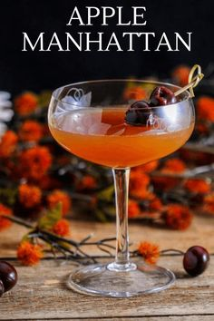 This Apple Cider Manhattan is perfect for fall, apple cider, sweet vermouth, whiskey, bitters and lemon juice all combine for this tasty autumn cocktail. #cocktail #apple #whiskey Cocktail Ginger Ale, Whisky Cocktail, Apple Cider Cocktail, Bourbon Cocktails, Fall Cocktails, Fall Drinks, Whiskey Drinks, Classic Cocktails, Apple Cocktails