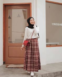 Long Skirts Outfit Ideas Gallery chic hijab outfit ideas with pattern skirt hijab style Long Skirts Outfit Ideas. Here is Long Skirts Outfit Ideas Gallery for you. Long Skirts Outfit Ideas color pop maxi infinity scarf easy outfit in Hijab Casual, Ootd Hijab, Hijab Chic, Modern Hijab Fashion, Street Hijab Fashion, Muslim Fashion, Look Fashion, Skirt Fashion, Hijab Fashion Style