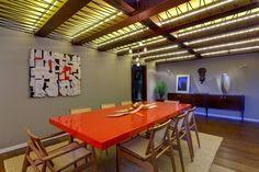 sala de jantar com centro de mesa em escultura