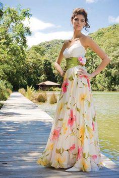 Os vestidos florais para madrinhas de casamento que antes só eram usados em casamentos informais ou durante o dia, agora podem ser usados sem medo nos casam