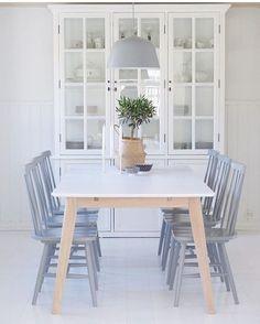 God morgen alle sammen! ☀️ Rise and shine! Perfekt å starte dagen med den fine spisestuen til @hjemmehoshamre ⭐️⭐️ Vi ser en Ambit lamp fra Muuto og vi elsker det! Du får lampen i vår butikk så klart! Den er så lekker!  TAG fine kjøp med #mittnordiskehjem  så kanskje det er ditt fine hjem vi viser neste gang  #mittnordiskehjem #nordiskehjem #muuto #ambitlamp #diningroom #beautiful #nettbutikk