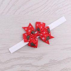 Κορδέλα μαλλιών με κόκκινο φιόγκο και χριστουγεννιάτικα δεντράκια.  Εφαρμόζει σε κεφαλάκια μωρών αλλά και σε κορίτσια εώς 4 χρονών. Ιδανικό για τα χριστούγεννα, για πάρτυ, εκδηλώσεις