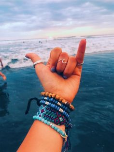 Then, there were the e-girls with their chains and tiny sunglasses. Now, we're seeing a rise in VSCO girls, aptly named for the popular . Summer Bracelets, Cute Bracelets, Beaded Bracelets, Summer Jewelry, Summer Feeling, Summer Vibes, Summer Beach, Fotos Strand, Bijoux Fil Aluminium