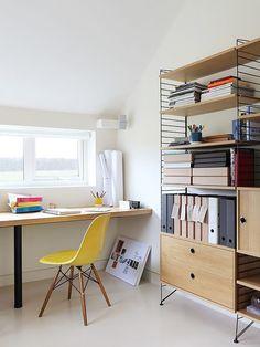 Home Office com Estante e Cadeira Amarela coin bureau design suedois