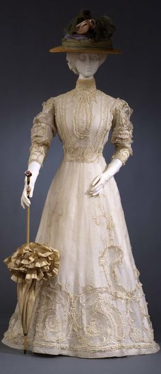Day dress, Italian manufacture, c. 1903-05, at the Pitti Palace Costume Gallery. Via Europeana Fashion.