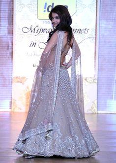 Anushka Sharma At Manish Malhotra's Mijwan Fashion Show Indian Bridal Wear, Indian Wedding Outfits, Pakistani Bridal, Pakistani Dresses, Indian Dresses, Indian Outfits, Indian Weddings, Bridal Lehenga, Bridal Lenghas
