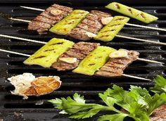 Ingredience: jehněčí maso 600 gramů (kýta), celer řapíkatý 2 kusy, česnek 1 palička, olej 1/2 decilitru, šťáva limetková 2 lžíce, pepř černý 1 lžíce, sůl. Grill Pan, Grilling, Beef, Kitchen, Food, Image, Griddle Pan, Meat, Cooking