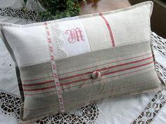UnTrucEnPlus * cet article n'est plus disponible Patchwork Pillow, Quilted Pillow, Cushions To Make, Pin Cushions, Designer Pillow, Pillow Design, Small Pillows, Decorative Pillows, Recover Pillows