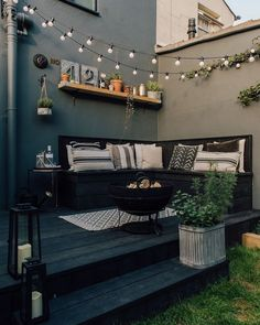 Decking for your outdoor living space Design inspiration for small guests . Decking for your outdoor living space Design inspiration for small gardens - patio ideas :: market lighting # plants - diy modern screen wall Back Gardens, Small Gardens, Outdoor Gardens, Small Space Gardening, Small Garden Kitchen, Small Living Spaces, Garden Ideas For Small Spaces, Small Courtyard Gardens, Back Garden Design