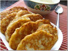 INGREDIENTE: 500 gr carne tocată de pui sau curcan; 3 ouă; 3 linguri de unt topit; 3 linguri de lapte; 3 linguri de făină; sare și piper – după gust; nucșoară – la dorință; ulei – pentru prăjit. MOD DE PREPARARE: Adăugați în carnea tocată 3 gălbenușuri, lapte, unt, sare și nucșoară. Amestecați bine. Încorporați abușurile bătute, adăugați puțină sare și amestecați atent. Încălziți uleiul în tigaie, formați blinele cu ajutorul unei linguri și prăjiți-le pe ambele părți. Vă dorim poftă bună…