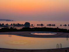 プールサイドから見える朝日