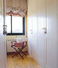 Aligera el frente de los armarios con pintura o laca de color blanco- Micasarevista Ideas Armario, Built In Robes, Furniture Upholstery, Closet Doors, Valance Curtains, Building A House, Interior Decorating, Sweet Home, New Homes