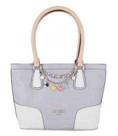De Small Classic Tote Bag uit de Girlfriend collectie van Guess is een elegante handtas. De tas is aan de voorkant vrolijk versierd met een Guess chainketting en bedels.