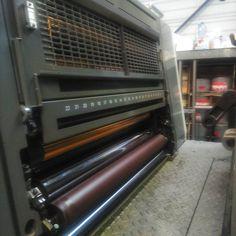 Notre #imprimerie et sa #Komori LS29 ! Cette machine est une #presse 4 couleurs avec groupe vernis acrylique intégré, format 52x72. Elle annonce une vitesse de #production de 16000 feuilles/heure. Le calage est entièrement automatique. Son système #VENTURI assure un transport du papier très régulier, sans fortement. Elle est équipée du PDCS 2, système KHS-AI pour la mise en #impression très rapide et un minimum de gâche papier.