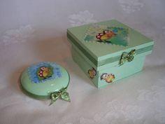 Ref.NVA-965 Conjunto contendo: Caixa de mdf e sabonete, pintados com decoupage de papel, aplicação de fita de gorgurão, laço de cetim e acabamento em verniz. R$ 19,90