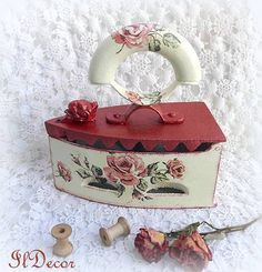 Shabby Chic Accessories, Craft Accessories, Painted Milk Cans, Paint Cans, Antique Iron, Vintage Iron, Funky Decor, Vintage Decor, Shabby Chic Kunst