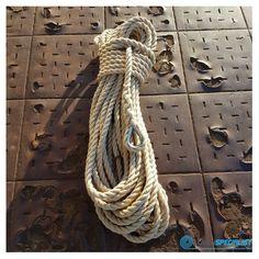 Klassieke driestrengs geslagen touw met oogsplits en metalen oog. #touw #touwen #touwwerk #schiemannen #nautisch #touwenwinkel #lijnenspecialist #ouderwets #klassiek #kous #roestvrijstaal #online #Amsterdam