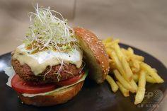 【11月10日 AFP】ペルー・リマ(Lima)のハンバーガーレストランで提供されるベジタリアンバーガー。健康穀物キヌア(Quinoa)のコロッケにわさびソースがアクセントの「ミス・ニッセイ」と同じくキヌアのコロッケにヨーグルトソースがアクセントとなった「ミス・ワールド」。   世界保健機関(WHO)が、ソーセージやハムなどの加工肉ががんの原因となると発表したことも手伝い、同国ではベジタリアンフードに注目が集まりつつある。(c)AFP