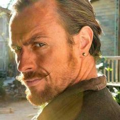 Toby Stephens as Flint ... Apparently Black Sails wasn't hot enough. They had to 'raise' with fiery haired jade-eyed pirate. I adore green eyes. lol