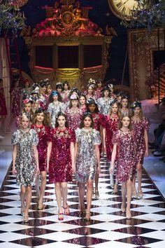 Dolce & Gabbana Strass, la tendenza party wear per questo Natale 2016 Abiti, giacche e longdress, tutti all'insegna del luccichio, da capo a piedi