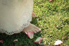 Bride barefoot on the grass #weddinginitaly #weddingintuscany #weddingphotographer #stylemepretty #tuscanycountryside