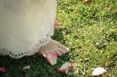 Bride barefoot on the grass #weddinginitaly #weddingintuscany #weddingphotographer #stylemepretty #tuscanycountryside