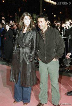 """Charlotte Gainsbourg : pire tapis rouge en couple Pantalons trop larges, vestes datées, Charlotte Gainsbourg et Yvan Attal ne brillent pas vraiment par leur sens du style lors de la première de """"8 femmes"""" en 2002."""
