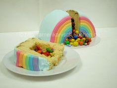Rainbow Piñata Cake (Regenbogen- Piñata-Kuchen/Überraschungskuchen)