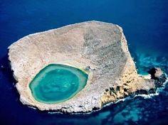 """As Ilhas Galápagos são uma província do Equador, formada por um pequeno arquipélago no Oceano Paífico  O Arquipélago de Galápagos tem uma extensão de 8.010 km2 e é composto por 13 ilhas grandes, seis pequenas e 40 ilhotas.   As maiores ilhas das Galápagos são: Isabela, São Cristóvão, Santiago, Santa Cruz e Fernandina.    Acredita-se que as Ilhas Galápagos tenham surgido de erupções vulcânicas no Oceano Pacífico ocorridas há cinco milhões de anos. A ilha Isabela é um dos lugares """"mais…"""