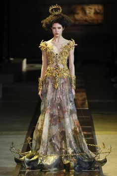 See the complete Guo Pei Spring 2017 Couture collection.