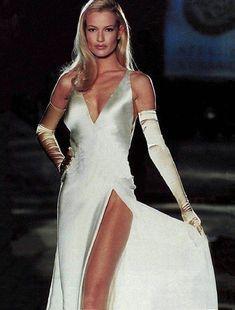 Karen Mulder au défilé Versace printemps-été 1993 robe de mariée 90 http://www.vogue.fr/mariage/tendances/diaporama/les-robes-de-marie-tendance-90s-nineties/23546#karen-mulder-au-dfil-versace-printemps-t-1993