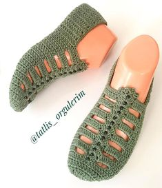 Best 12 The cloister shell shawl crochet tutorial – Artofit – Page 729864683342736900 – SkillOfKing. Crochet Slipper Pattern, Granny Square Crochet Pattern, Crochet Stitches, Knitting Socks, Baby Knitting, Crochet Baby, Crochet Slipper Boots, Knitted Slippers, Shoe Pattern