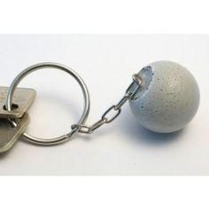 Schlüsselanhänger in Kugelform aus hochfestem Beton mit eingegossener vernickelter Kette. Durchmesser 3cm