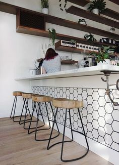 New Kitchen Bar Chairs Coffee Shop Ideas Kitchen Tiles, New Kitchen, Kitchen Dining, Kitchen Decor, Kitchen White, Interior Desing, Bar Interior, Kitchen Interior, Restaurant Bar