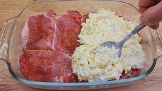 Ak potrebujete recept na rýchly obed, vyskúšajte toto mäsko podľa receptu z youtube. Stačí len nakrájať mäsko, cibuľu, navrstviť omáčku a dať zapiecť. Pár minútová záležitosť a už rozvoniava!Potrebujeme:plátky bravčového karé s hrúbkou 1 cmsoľ, … Carne, Food Portions, Quick Dinner Recipes, What To Cook, Food Design, Easy Cooking, Pork Chops, Main Dishes, Food And Drink